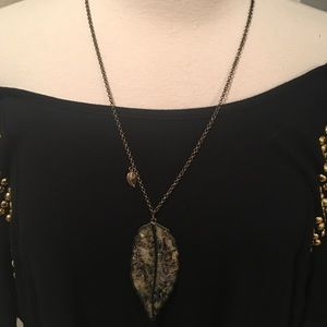 Leaf-mother of pearl pendant necklace